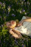Adolescente nos Bluebells Fotografia de Stock