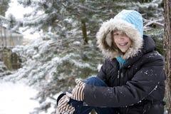 Adolescente novo na neve foto de stock