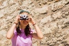 Adolescente o mujer con la cámara del vintage al aire libre Foto de archivo