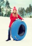 Adolescente o mujer feliz con el tubo de la nieve Imagen de archivo libre de regalías