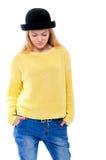 Adolescente o mujer joven en suéter amarillo y sombrero negro Foto de archivo