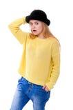 Adolescente o mujer joven en suéter amarillo y sombrero negro Imagen de archivo libre de regalías