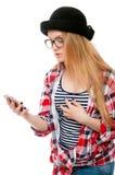 Adolescente o mujer joven en vidrios con el teléfono celular Fotos de archivo libres de regalías