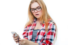 Adolescente o mujer joven en vidrios con el teléfono celular Fotografía de archivo