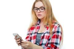 Adolescente o mujer joven en vidrios con el teléfono celular Foto de archivo libre de regalías