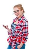 Adolescente o mujer joven en vidrios con la risa del teléfono celular Imagenes de archivo