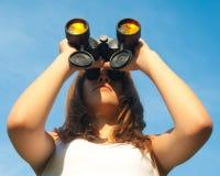 Adolescente observando con los prismáticos Fotografía de archivo