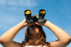 Adolescente observant la nature avec des jumelles Photographie stock libre de droits