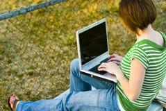 Adolescente ocasional com computador fotos de stock royalty free