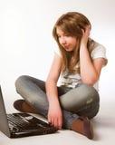 Adolescente ocasional en una computadora portátil Imagen de archivo