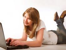 Adolescente ocasional en una computadora portátil Fotografía de archivo libre de regalías