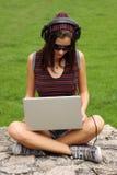 Adolescente ocasional que usa su cuaderno Imagen de archivo