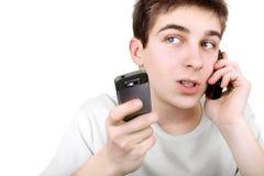 Adolescente ocupado con dos teléfonos Fotos de archivo libres de regalías