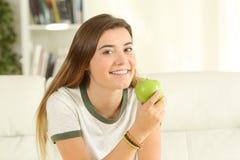 Adolescente olhando o que guarda uma maçã Foto de Stock Royalty Free