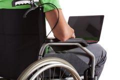 Adolescente paralizado con el ordenador portátil Imagen de archivo libre de regalías