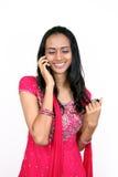 Adolescente parlant au téléphone photographie stock