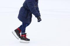 Adolescente patinador del cuenco en la pista de patinaje Foto de archivo