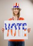 Adolescente patriótico que desgasta o chapéu da bandeira americana Fotografia de Stock Royalty Free
