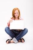 Adolescente pecoso hermoso con el ordenador Imagenes de archivo