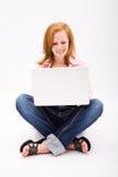 Adolescente pecoso hermoso con el ordenador Foto de archivo libre de regalías