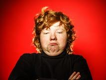 Adolescente pelirrojo expresivo que muestra emociones en estudio Fotos de archivo libres de regalías