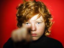 Adolescente pelirrojo expresivo que muestra emociones en estudio Fotografía de archivo libre de regalías