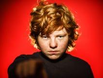 Adolescente pelirrojo expresivo que muestra emociones en estudio Foto de archivo libre de regalías