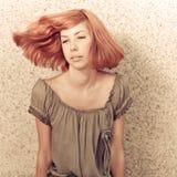 Adolescente pelirrojo hermoso joven que juega con el pelo Fotografía de archivo