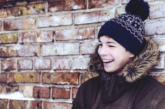 Adolescente pensativo cerca de una pared de ladrillo Fotos de archivo