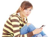 Adolescente pensativo com telefone de pilha imagem de stock