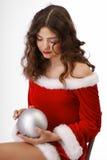 Adolescente pensativo con la bola de la Navidad Imagen de archivo libre de regalías