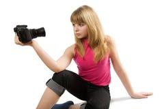 Adolescente pensativo con la cámara de la foto Fotos de archivo libres de regalías