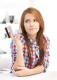 Adolescente pensativo con la tarjeta de crédito Fotos de archivo