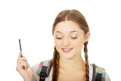 Adolescente pensativo con una pluma Fotos de archivo libres de regalías