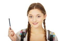 Adolescente pensativo con una pluma Fotos de archivo