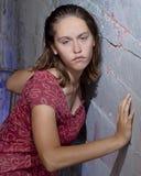 Adolescente pensativo contra la pared Fotografía de archivo