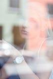 Adolescente pensativo detrás de la ventana Fotografía de archivo libre de regalías