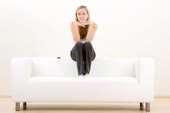 Adolescente pensativo en el sofá Foto de archivo