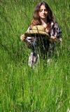 Adolescente pensativo en hierba alta Fotografía de archivo