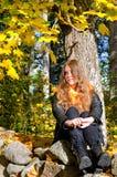 Adolescente pensativo en parque del otoño Imagenes de archivo