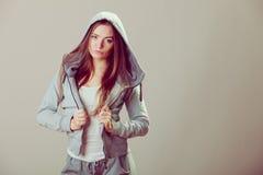 Adolescente pensativo en sudadera con capucha Moda Fotos de archivo libres de regalías