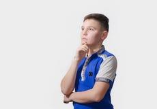 Adolescente pensativo en un fondo blanco Imagen de archivo