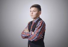Adolescente pensativo en un fondo blanco Imagen de archivo libre de regalías