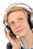 Adolescente pensativo que escucha la música Imagen de archivo libre de regalías