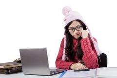 Adolescente pensativo que estudia con el ordenador portátil Imágenes de archivo libres de regalías