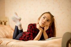 Adolescente pensativo que miente en cama Imagen de archivo libre de regalías