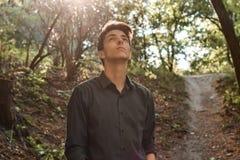 Adolescente pensativo que mira para arriba que espera Fotografía de archivo