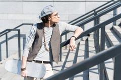 Adolescente pensativo que se coloca en pasos al aire libre Fotografía de archivo