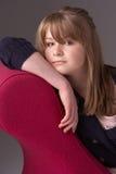 Adolescente pensativo que se relaja en el sillón Fotos de archivo libres de regalías