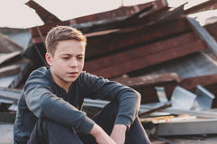 Adolescente pensativo que se sienta en el tejado de la casa Fotos de archivo libres de regalías